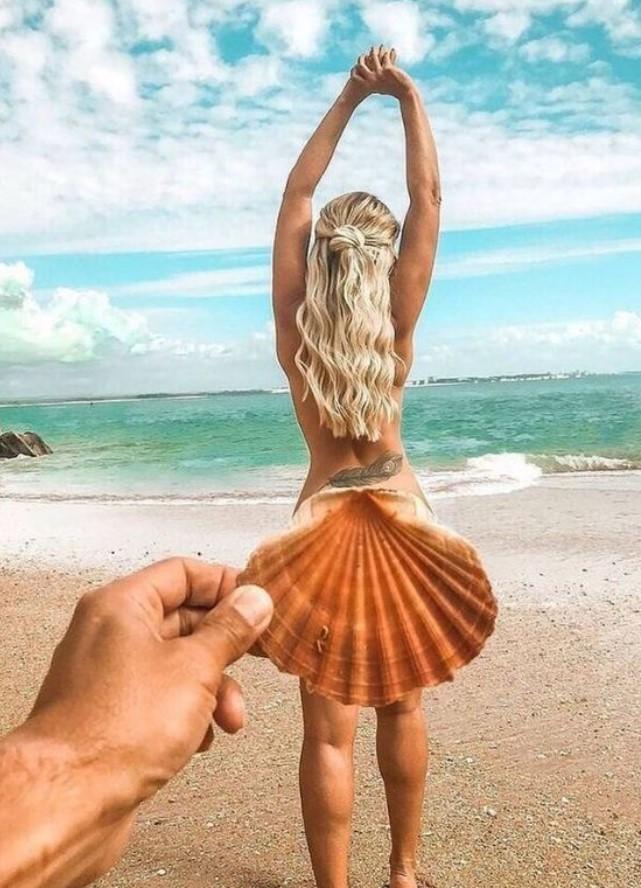 φωτογραφία με κοχύλι και κοπέλα στη παραλία