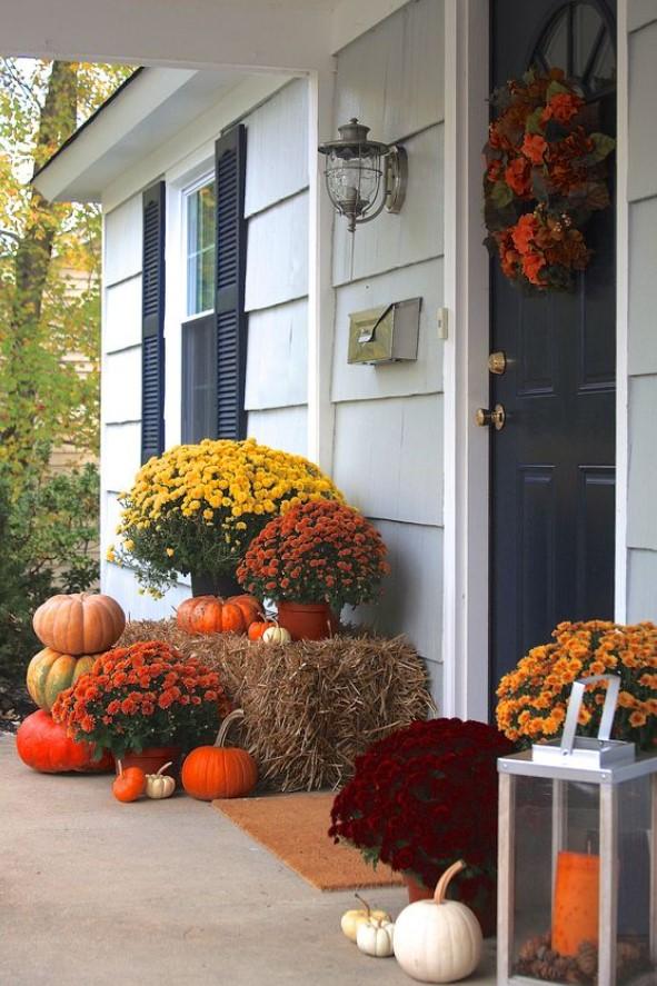 διακόσμηση με λουλούδια στην είσοδο του σπιτιού