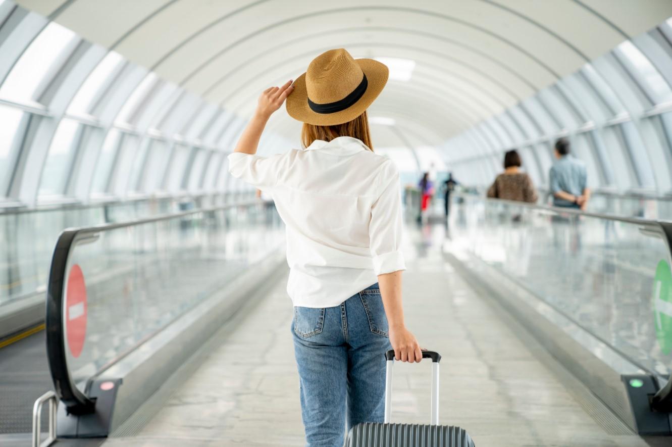 γυναίκα σε αεροδρόμιο