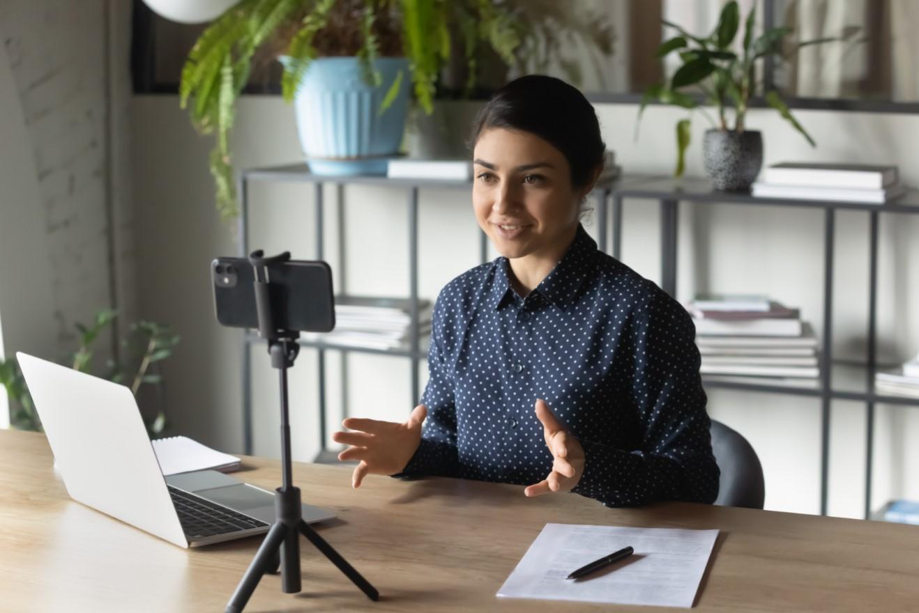 γυναίκα βγάζει βίντεο τον εαυτό της