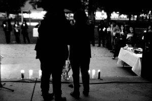 La vigila en solidaridad con Ayotzinapa en Madera, CA (Foto: Eduardo Stanley)