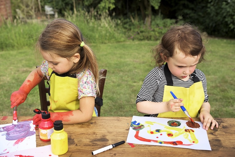 Niños pintan en el jardín claves para la vuelta al cole