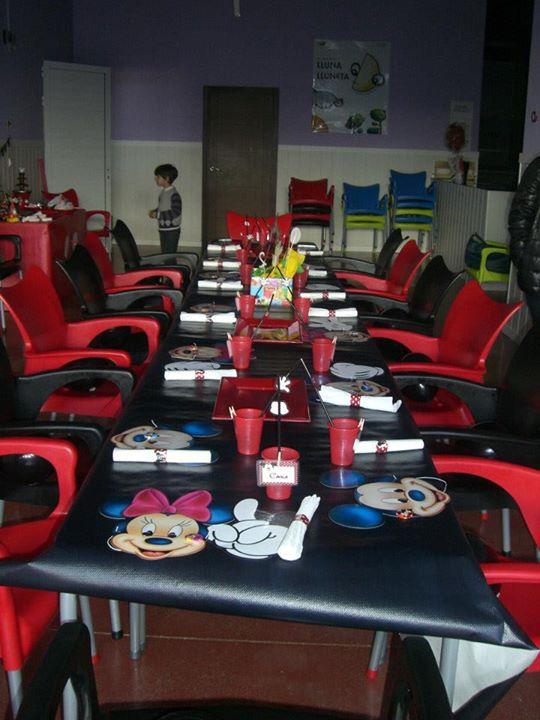 decoración mesa de cumpleaños de temática mickey mouse