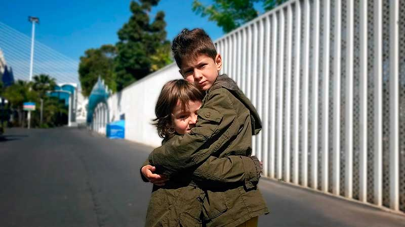 niño-da-un-abrazo-reconfortante-a-otro-niño-educadiver