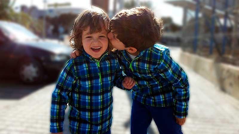 niño-da-un-beso-a-otro-niño-educadiver