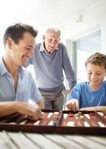 familia jugando backgamon