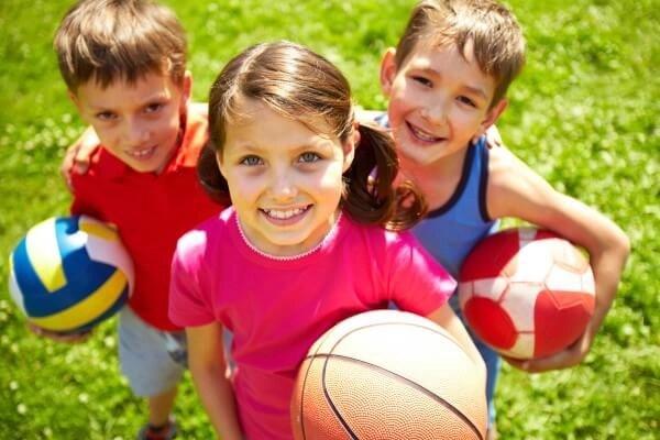 niños deporte balones