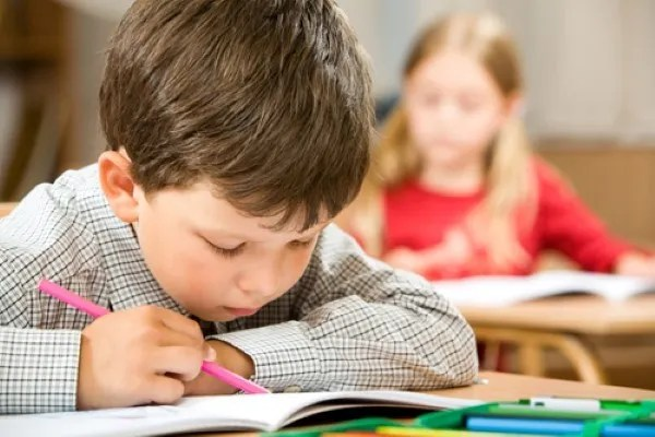 niños estudiando