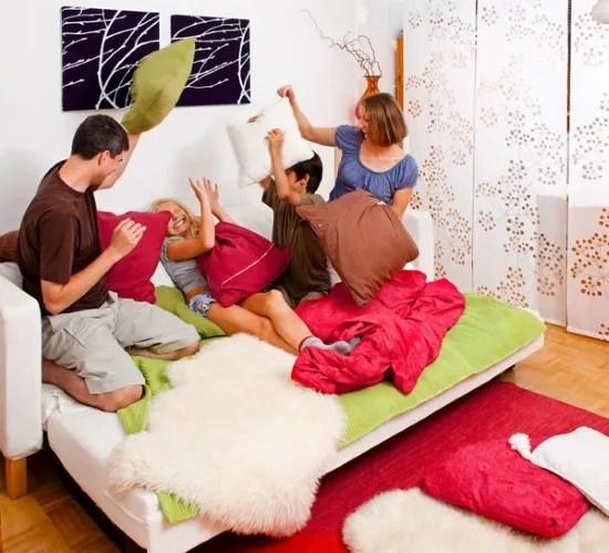 familia batalla de almohadas