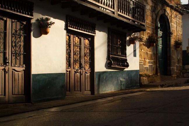 Madrugada en la calle Guadalupe, Santander, Colombia