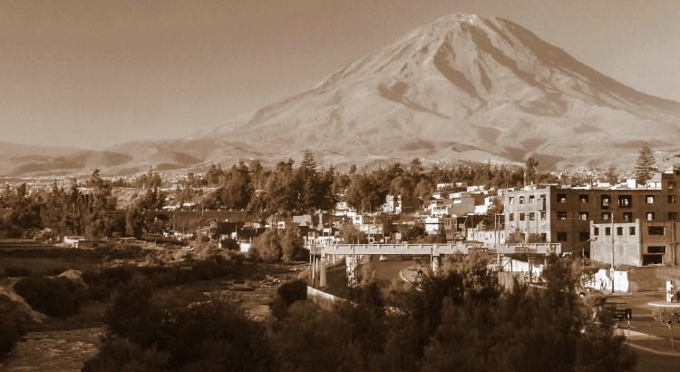 Vista desde el Río Chill ciudad de Arequipa, Arequipa, Perú