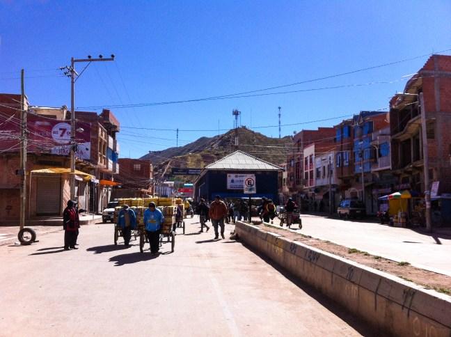Los cargadores Desaguadero, Frontera Bolivia-Perú