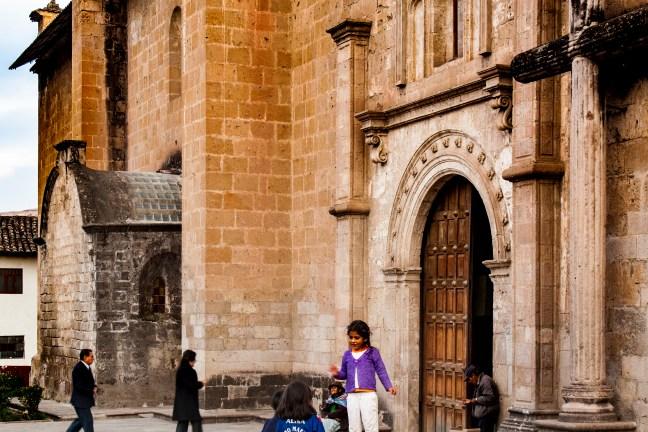 Frente a la iglesia Andahuaylas, Apurímac, Perú