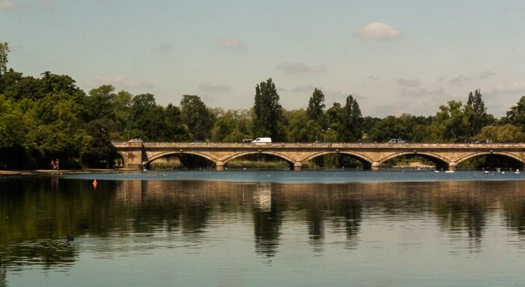 Reflejos sobre el espejo del agua ciudad de Londres, UK