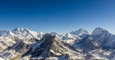 l.t.r. Everest, Lhotse, Peak 41, Baruntse, Peak 6770, Makalu and Chamlang. View from Mera Peak. Photo http://www.edvervanzijnbed.nl/en/