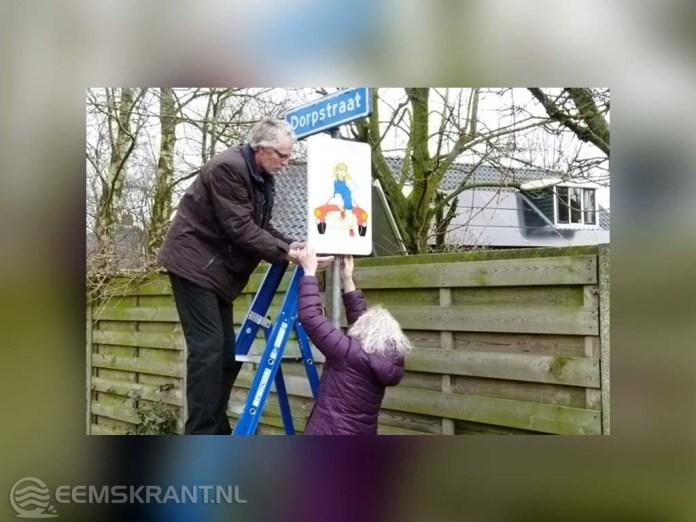 Wethouder Prins bevestigt attentiebord in Oosterwijtwerd