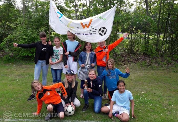 Meisjes netwerkschool Loppersum Oost winnen regiofinale van het schoolvoetbaltoernooi
