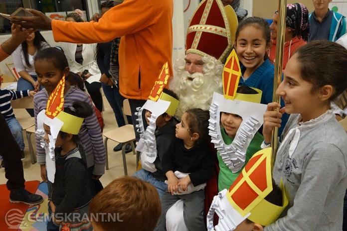 Sinterklaas is een held in Groningse AZC's