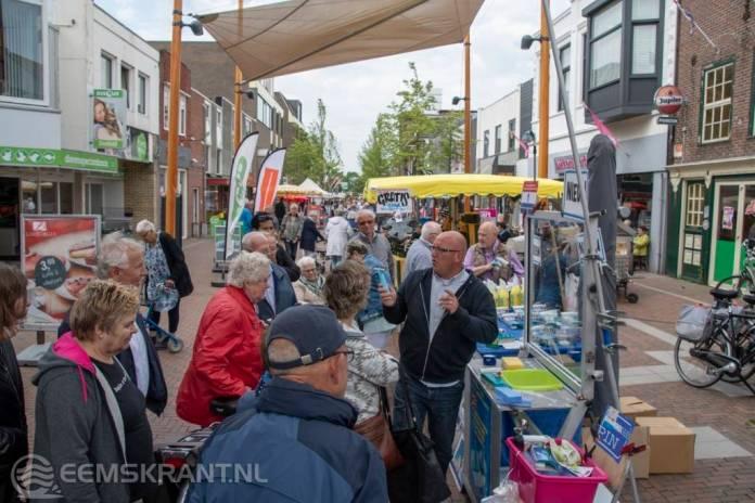 Drukte in het centrum van Delfzijl tijdens de Jaarmarkt