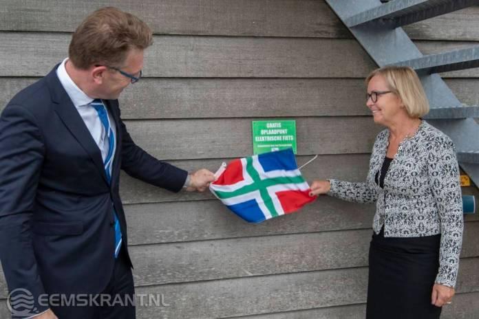 Directeur Groningen Seaports, Cas König, stelt meest noordelijk e-bike oplaadpunt in bedrijf