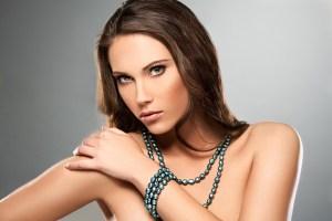 modelo con collar de perlas