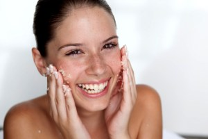 Mujer exfoliándose la piel