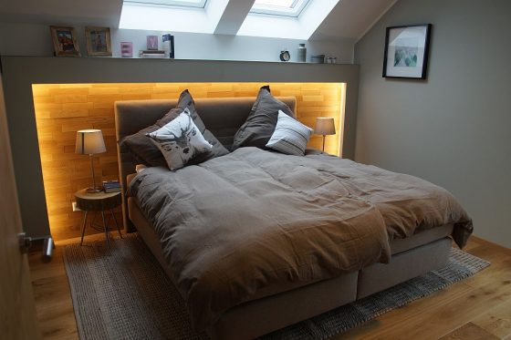 Das Schlafzimmer mit eigenem Bad und Ankleideraum sichert die Privatsphäre. (Foto: OKAL Haus GmbH / Markus Burgdorf)