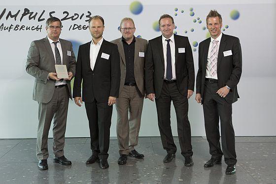 DFH-Vorstandschef Thomas Sapper (l.) freut sich mit Gunnar Clemenz und Christian Brand, DGNB-Auditoren und Geschäftsführer von greenbcert, sowie OKAL-Geschäftsführer Friedemann Born und DFH-Architekt Sven Propfen (v.l.n.r.) über die Zertifzierung der DGNB. Foto: DGNB