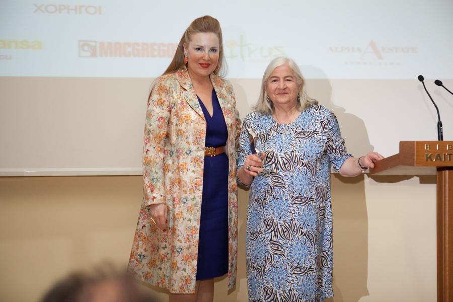 Η κ. Άντζελα Κουλουκουντή, αντιπρόεδρος του GOCO, παραλαμβάνει το βραβείο από την αντιδήμαρχο Πολιτισμού του Δήμου Πειραιά κ. Ειρήνη Νταϊφά