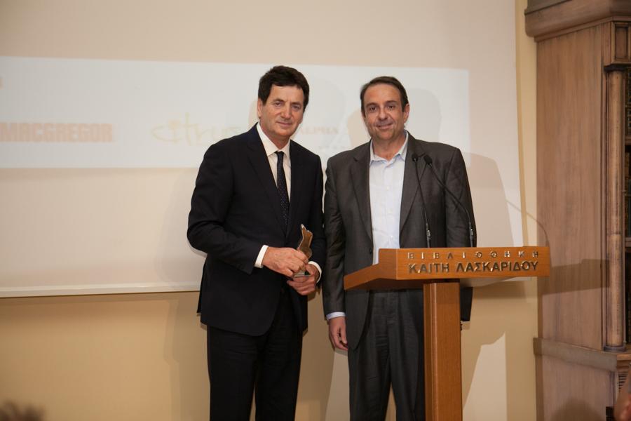 Ο καπτ. Δημήτρης Ματθαίου παραλαμβάνει το Βραβείο από τον δημοσιογράφο Μηνά Τσαμόπουλο