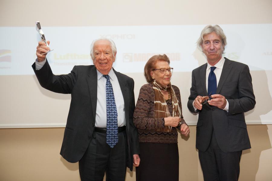 Oι βραβευθέντες Νίκος και Αλίκη Βλασσοπούλου με τον Σταμο Ι. Φαφαλιό