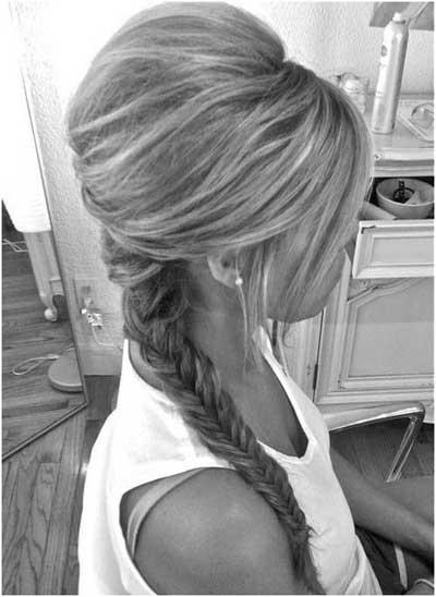 natapirana kosa u profilu sa pletenicom u repu