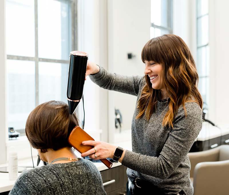 držanje tela prilikom feniranja kose