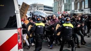 Pays-Bas : des manifestations contre les restrictions sanitaires dégénèrent