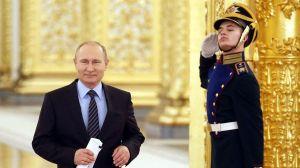 Vladimir Poutine signe la loi l'autorisant à rester à la tête de la Russie jusqu'en 2036