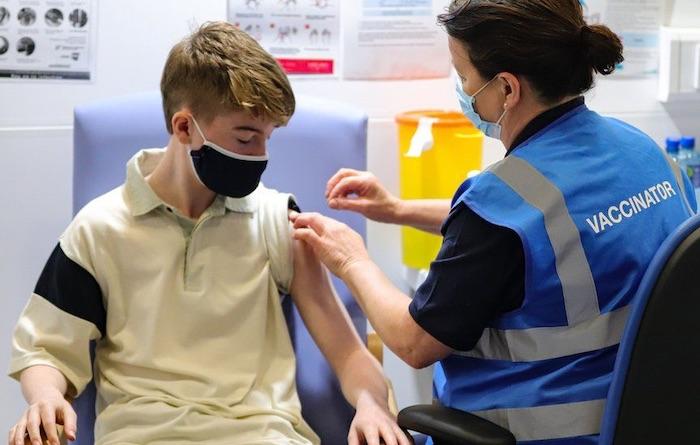 """Covid : le gouvernement britannique ouvre la """"vaccination"""" aux 12-15 ans"""