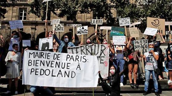 """Démission de Christophe Girard : la mairie de Paris demande """"des excuses"""" aux écolos"""