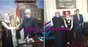 وكيل اوقاف الاسكندرية يستقبل الطالبة اية طه حسين فى مكتبة