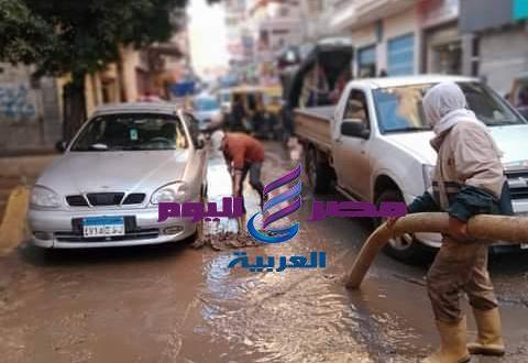 مشهد بطولى لعمال النظافة فى مواجهة الطقس السيئ بدسوق