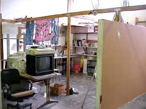 從左至右:Next Cube 電腦、拆解中的電視、畫畫的牆。