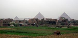 與民房比較,金字塔顯得十分巨大。