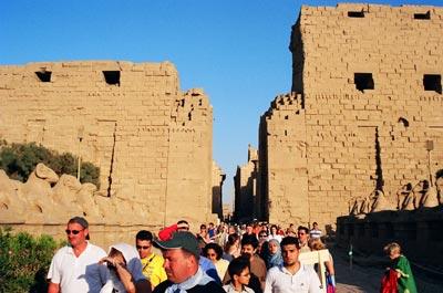 Karnak Temple 內外都如旺角般擠迫。