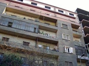 廉價旅館就在這建築物頂樓,佔地兩層。