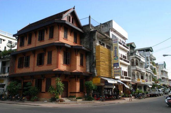 寮國人口只有六百萬,比香港人口更少。在永珍這個小城裏,本地人大多駕電單車,行人路上迎面遇見的多是遊客。