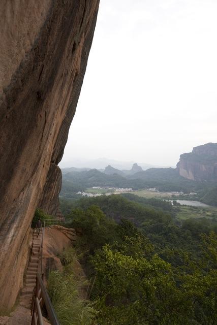 登陽元石的路看似險峻,但不困難。