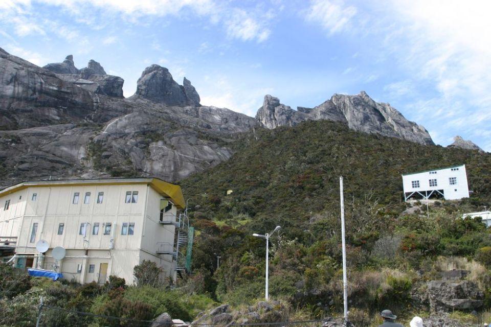 鏡頭一轉,已經到達海拔 3200m 的旅館。整幢旅館用木搭,底層乃員工宿舍及機房;中間是 reception 及餐廳;頂層是床位。