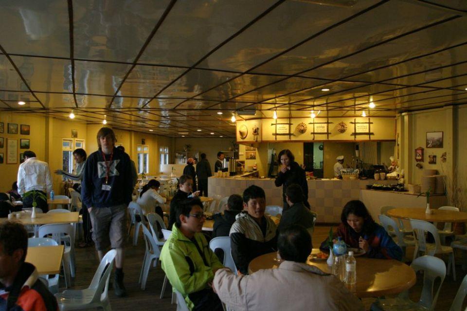 之前講過,旅館乃一間五星酒店集團包起嚟做,儘管響高山有限資源下,食物水準奇高。開頭諗住得麵包、白飯等等,不過自助餐形式下,竟然有燒牛肉、羊架、沙律、炒粉麵飯、生果甜品、咖啡或茶一應俱全。
