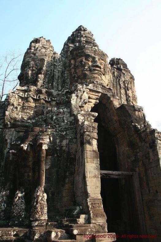 Angkor Thom South Gate 上的人面像亦是吳哥窟的地標。
