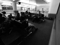 各人於三藩市機場等候飛往墨西哥城航班