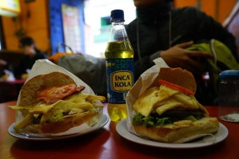 雞肉(左)和牛肉(右)漢堡,後面是秘魯獨有的 Inca Kola。